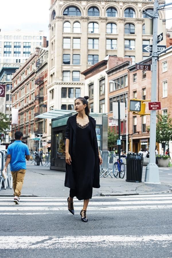 Phong cách streetstyle all black của Mâu Thủy vừa đậm chất fashionista, vừa có tính ứng dụng cao.