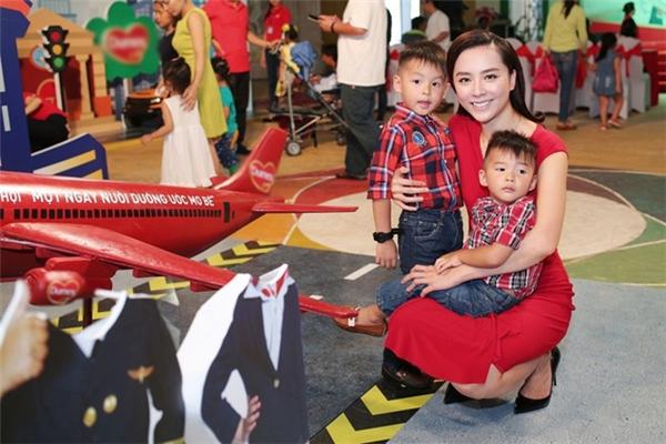 Từ sau khi lấy chồng và sinh con, Á hậu Hoàn vũ Việt Nam 2008 ngày càng được chú ý. Vẻ ngoài của cô càng được chú ý bởi sự thay đổi quá ngoạn mục.