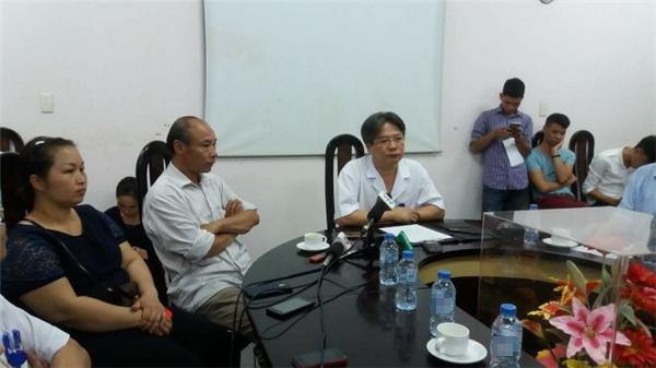 Cuộc gặp gỡ giữa phía bệnh viện vàbáo chí sáng 20/7.Ông Trần Bình Giang, phó giám đốc Bệnh viện Việt Đức - áo trắng ở giữa ảnh, ngồi bên cạnh là anh trai bệnh nhân. (Ảnh: ThúyAnh)