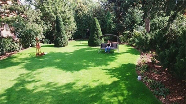 Bên ngoài căn biệt thự là khu vườn xanh mướt, thơ mộng. - Tin sao Viet - Tin tuc sao Viet - Scandal sao Viet - Tin tuc cua Sao - Tin cua Sao