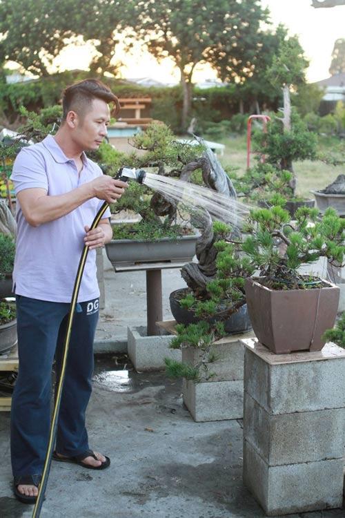 Nam ca sĩ cho biết để có được một cây bonsai đẹp, chủ vườn không chỉ đầu tư tiền bạc mà còn phải có kiến thức chuyên sâu, tỉ mỉ chăm sóc, tạo dáng, tỉa cành.Khi không đi lưu diễn, Bằng Kiều lại dành thời gian chăm lo cho cây hoặc ngồi thưởng trà, ngắm khu vườn của mình. - Tin sao Viet - Tin tuc sao Viet - Scandal sao Viet - Tin tuc cua Sao - Tin cua Sao