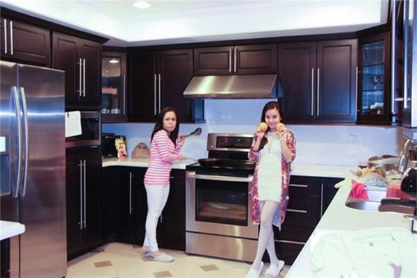 Khu bếp nấu có thiết kế chữ U rất hiện đại và tiện nghi. - Tin sao Viet - Tin tuc sao Viet - Scandal sao Viet - Tin tuc cua Sao - Tin cua Sao