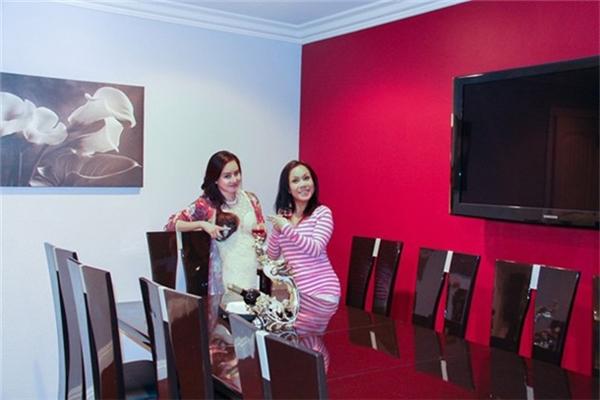 Nếu phòng khách phủ màu trắng trẻ trung thì phòng ăn lại được Việt Hương trang trí màu hồng đậm cá tính. Nội thất làm hoàn toàn từ gỗ sang trọng tạo nên sự ấm cúng cho những bữa ăn ngon của cả gia đình. - Tin sao Viet - Tin tuc sao Viet - Scandal sao Viet - Tin tuc cua Sao - Tin cua Sao