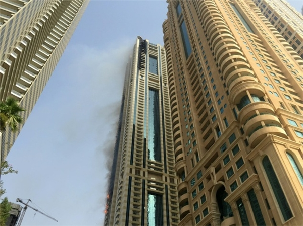 Hình ảnh do phóng viên AFP ghi lại khi tháp Sulafa bốc cháy. (Ảnh: AFP)
