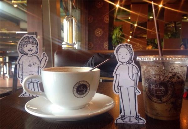 Bức vẽ và hình chụp đầu tiên được thực hiện tình cờ tại một quán cà phê – nơi khởi nguồn cho ý tưởng độc đáo của cặp đôi. (Ảnh: Internet)