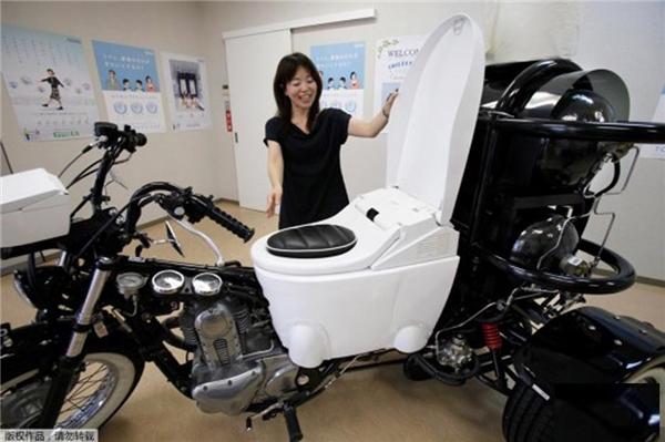 """Sáng chế tích hợpbồn vệ sinh và xe phân khối lớn giúp""""giảiquyết nhu cầu"""" khi di chuyển xa."""