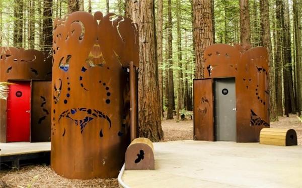"""Vô rừng là phải sử dụng nhà vệ sinh """"gần với thiên nhiên""""."""