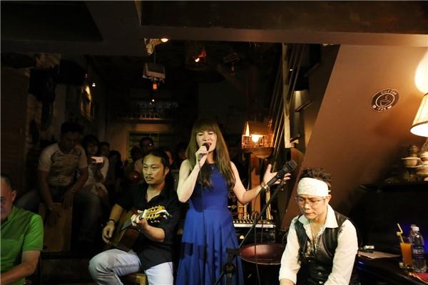  Trong đêm nhạc, ca sĩ Ngọc Phạm gửi đến khán giả ca khúc Ngàn thu cổ thụ và cô được Jimmii Nguyễn đệm đàn guitar hát trên sân khấu.