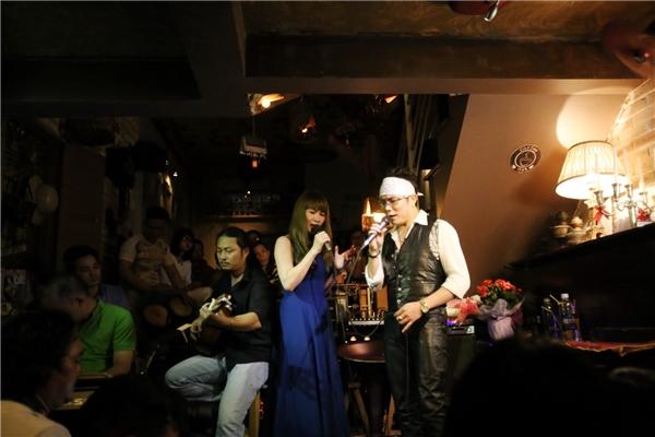 Đêm nhạc kéo dài suốt gần bagiờđồng hồ, những bài hát quen thuộc được Jimmii Nguyễn hát live cùng Jimmii Bandkhiến tất cả khán giảđều say đắm.
