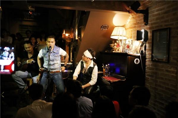 Cùng với Jimmii Nguyễn, đêm nhạc tối quacó sự xuất hiện của ca sĩ Trịnh Tuấn Vỹ.