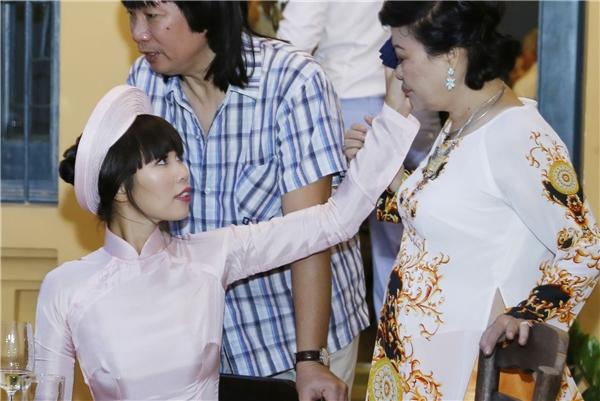 Nữ siêu mẫu giúp mẹ lau những giọt nước mắt xúc động khi chứng kiến hạnh phúc của con gái. - Tin sao Viet - Tin tuc sao Viet - Scandal sao Viet - Tin tuc cua Sao - Tin cua Sao