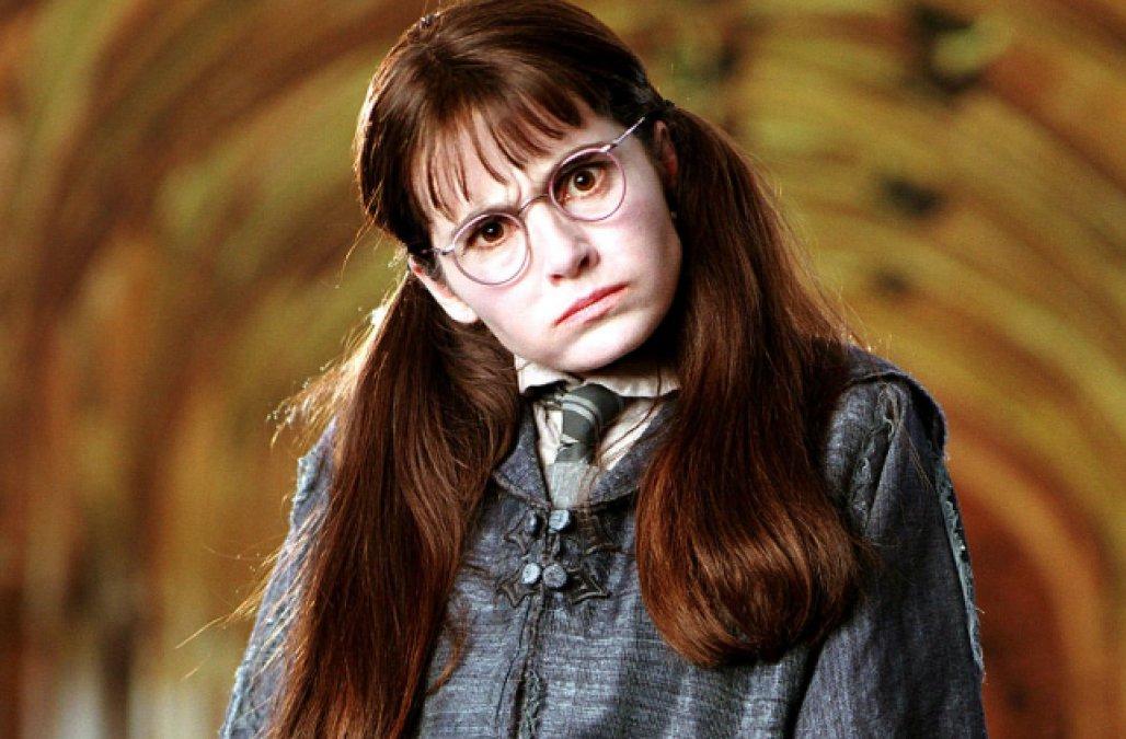Myrtle là một học sinh có gốc Mugglethuộc nhà Ravenclaw, bị con rắn khổng lồ của Salazar Slytherinegiết chết.(Ảnh: Internet)