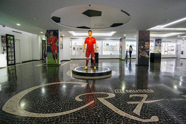 Ngay khi bước vào sảnh lớn, bạnsẽ bắt gặp tượng sáp của Ronaldo đứng hùng dũng như mộtbiểu tượng vượt thời gian. Phía dưới sàn là dòng chữ CR7 được thiết kế cách điệu. (Ảnh: internet)