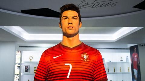 Cận cảnh tượng sáp Ronaldođược mô phỏng theo tỉlệ 1:1 của anh. Nhiều người phải bày tỏ sựthán phụcngườinghệ sĩ đã làm ra bức tượng này,vìnó giống CR7gần như tuyệt đối. (Ảnh: internet)