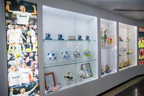 Có tổng cộng 140 hiện vật từcúp, áo thi đấu đến huy chương, trái bóng được Cristiano Ronaldo trưng bày ở đây. (Ảnh: internet)