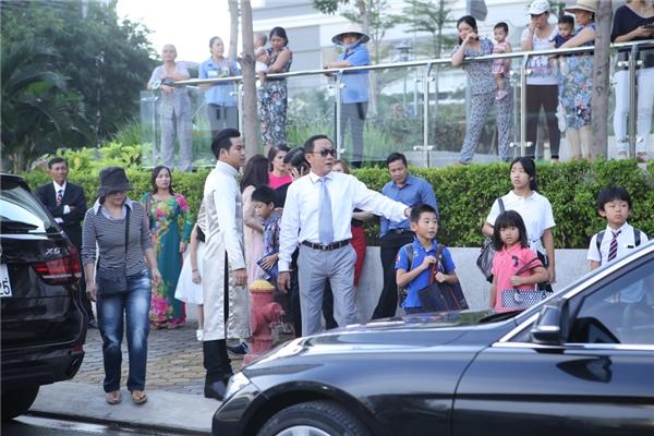 Đông đảo khán giả là hàng xómThanh Bình đã háo hức ra đường theo dõi không khí hào hứng trong ngày vui của nam diễn viên. - Tin sao Viet - Tin tuc sao Viet - Scandal sao Viet - Tin tuc cua Sao - Tin cua Sao