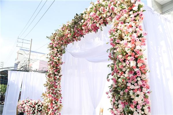 Cổng hoa được trang trí cầu kì, bắt mắt - Tin sao Viet - Tin tuc sao Viet - Scandal sao Viet - Tin tuc cua Sao - Tin cua Sao
