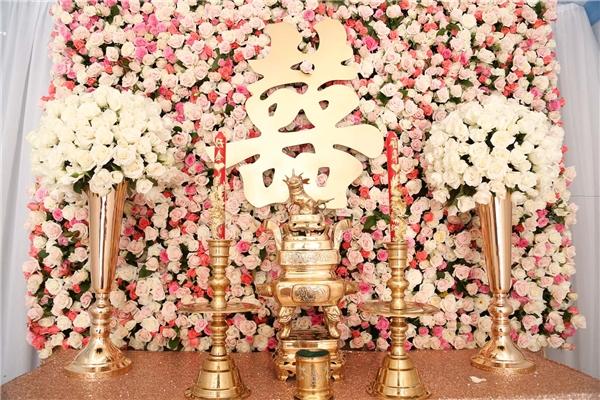 Bàn thờ tổ tiên được trang trí cầu kỳ với khá nhiều hoa hồng trắng -đỏ - Tin sao Viet - Tin tuc sao Viet - Scandal sao Viet - Tin tuc cua Sao - Tin cua Sao