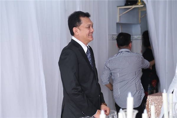 Nghệ sĩHữu Châugiữ vai trò chủ hôn trong ngày vui của cặp diễn viên. - Tin sao Viet - Tin tuc sao Viet - Scandal sao Viet - Tin tuc cua Sao - Tin cua Sao