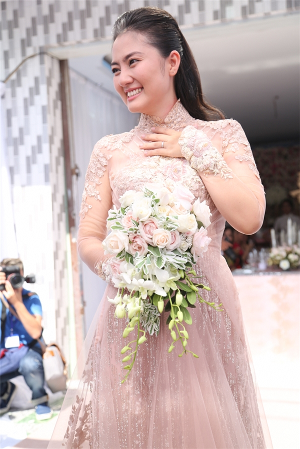 Trong lễ đính hôn, Ngọc Lan diện chiếc áo dài được kết cườm với thiết kế đơn giản nhưng không kém phần tinh tế và xinh đẹp. - Tin sao Viet - Tin tuc sao Viet - Scandal sao Viet - Tin tuc cua Sao - Tin cua Sao