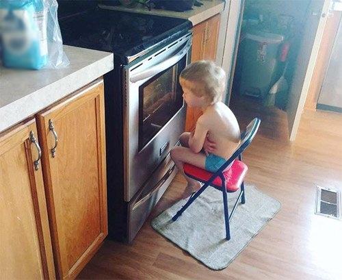 Mẹ ơi, xem nướng bánh vui như xem hoạt hình vậy.