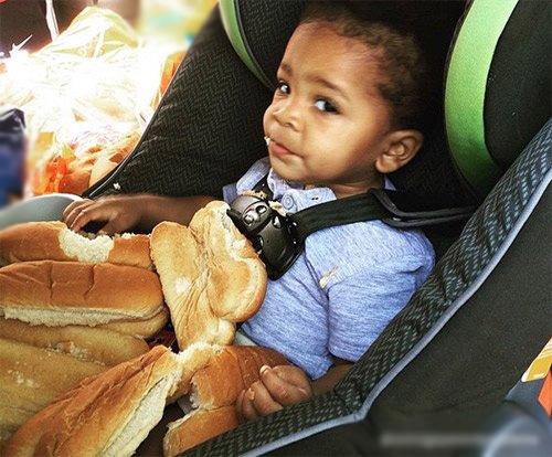 Hihi... số bánh mì của mẹ đã lọt vào tay mình.