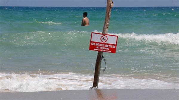 """Đọc kĩ các biển cảnh báo ở biển. Bạn sẽ không muốn bỏ mạng mình tí nào chỉ vì một lần """"vượt rào"""" đâu."""