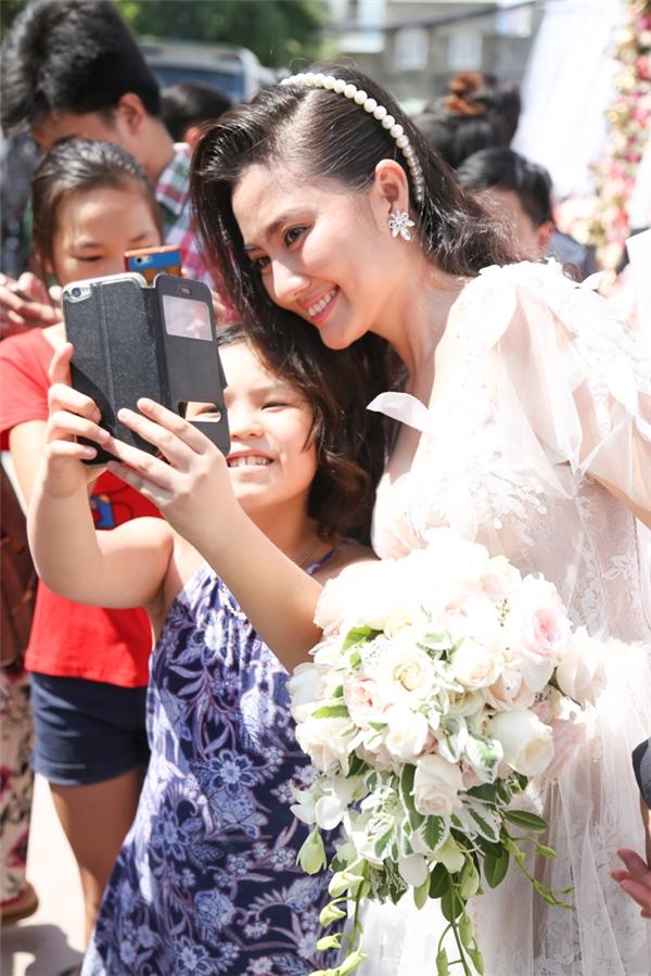 Ngọc Lan nhận được tình cảm yêu mến từ người dân xung quanh nhà, đặc biệt là các em nhỏ. - Tin sao Viet - Tin tuc sao Viet - Scandal sao Viet - Tin tuc cua Sao - Tin cua Sao