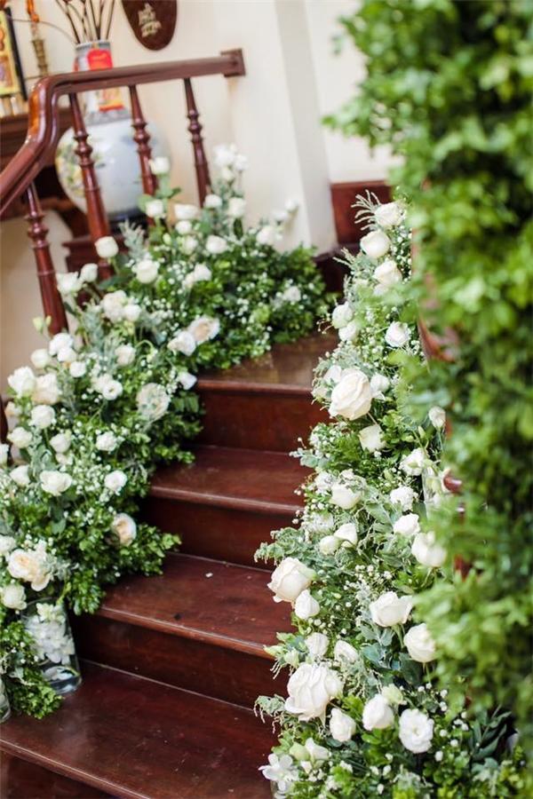 Hoa tươi trải khắp cầu thang.