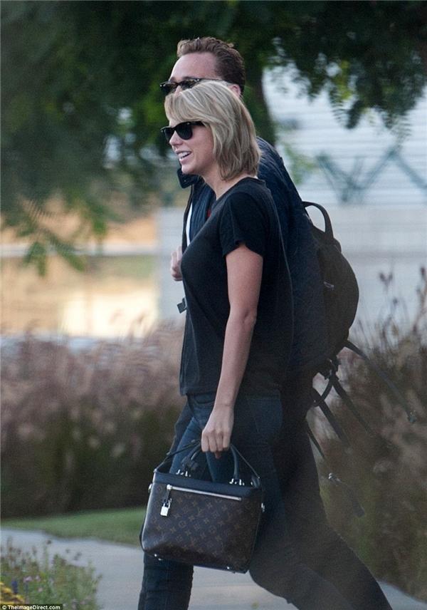 Taylor Swift xuất hiện nhợt nhạt giữ tâm bão scandal khiến fan lo lắng