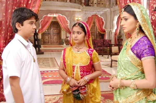 Anandi dù không đi học nhưng rất giỏi trong khi Jagdish vừa dốt lại lười biếng.