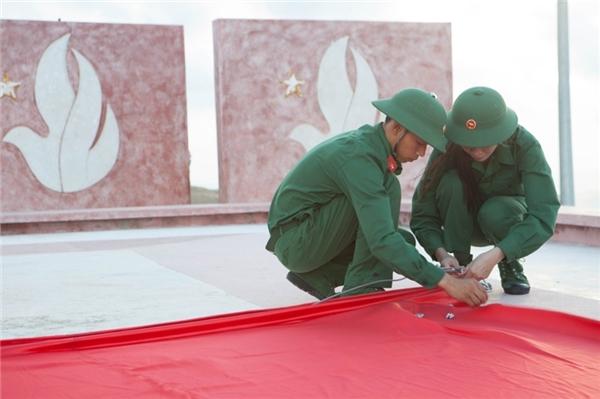 Cùng với sự giúp sức của họ, người đẹp tiến hành thu dọn vệ sinh, lắp đặt thiết bị kéo cờ, tôn tạo cảnh quang và đặc biệt nhất là thay một lớp cờ mới cho cột cờ Lý Sơn.