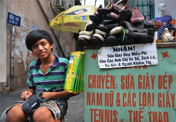 Sửa giày dép miễn phí cho người bán vé số, đạp xích lô, xe ba gác, hay người khiếm thị.(Ảnh: Internet)