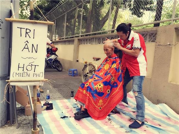 Chàng trai Việt kiều cắt tóc miễn phí cho người dân giữa lòng Sài Gòn. Anh chàng từng chia sẻ rằng đây làdịp để anhbày tỏ tình cảm của bản thân với quê hương đất nước.(Ảnh: Internet)