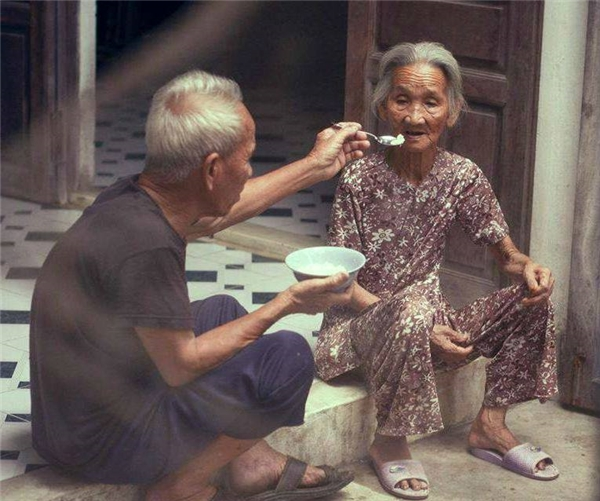 Còn nhiều lắm những khoảnh khắc, câu chuyện đầy tính nhân văn và tình người, hàng ngày vẫn xuất hiện đâu đó trong cuộc đời.Nhưng chúng tôi xin được kết thúc loạt ảnhbằng bức hình vô cùng xúc động này. Tình người, tình yêuthương mà mỗi người dành cho nhau đều đáng quý và đángđược trân trọng. Hãy sống như cụ ông cụ bà, yêu thương và chia sẻ với nhau cho đến khitóc bạc,răng long,làn da nhăn nheovì thời gian tàn phá,thì cũng vẫn cứ ở cạnh nhau như thế này.(Ảnh: Internet)
