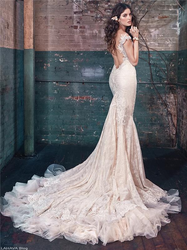 Tuy không giá trị như kim cương, nhưng đá pha lê luôn là một lựa chọn tiết kiệmmà vẫntôn lên nét đẹp quý phái của người mặc.