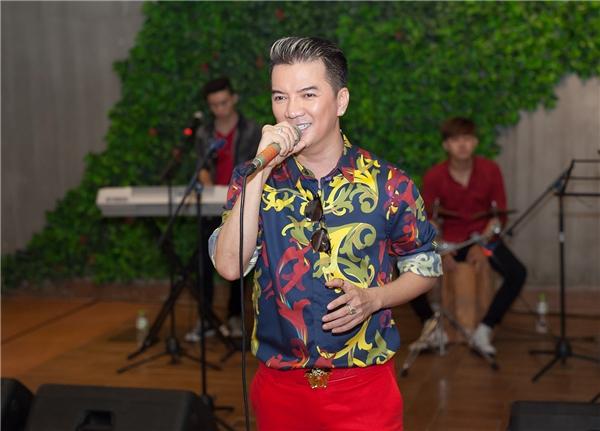 Cũng trong sự kiện, Mr Đàm đã gửi tặng các khách mời và bạn bè thân thiết ca khúc mới nhất của anh. - Tin sao Viet - Tin tuc sao Viet - Scandal sao Viet - Tin tuc cua Sao - Tin cua Sao