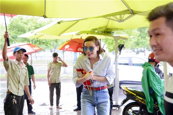 """Dẫu thời tiết không thuận lợi với trận mưa khá lớn vào chiều qua nhưng Hồ Ngọc Hà vẫn """"đội mưa"""" đến tham dự - Tin sao Viet - Tin tuc sao Viet - Scandal sao Viet - Tin tuc cua Sao - Tin cua Sao"""
