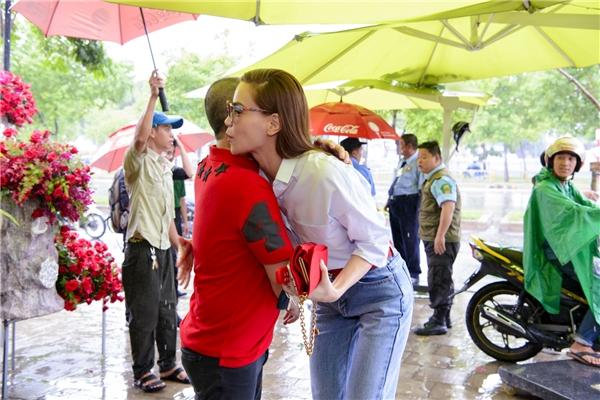 Hồ Ngọc Hà vui mừng khi được người bạn thân thiết chào đón nồng nhiệt. - Tin sao Viet - Tin tuc sao Viet - Scandal sao Viet - Tin tuc cua Sao - Tin cua Sao