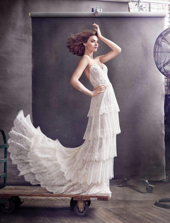 Pha lê và họa tiết chìm đã làm cho nhữngchiếc váy trở nên tinh tế đến lạ kì.