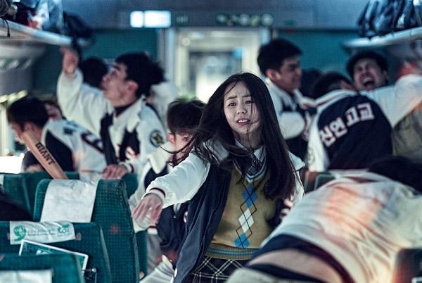 Kinh hoàng hơn, đoàn tàu đã trật khỏi đường ray, bốc cháy và nổ tung khiến càng thêm nhiều người mất mạng. Khung cảnh hỗn loạn, những người khỏe mạnh phải đối mặt với cuộc chiến sống còn để bảo vệ bản thân và người xung quanh... Bộ phim là một bức tranh khủng khiếp về ngày tận thế. Phim có sự tham gia của các tên tuổi nổi tiếng như Gong Yoo, Ma Dong Seok, Jung Yu Mi, Ahn So Hee...