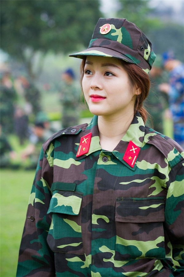 Sự thật về nữ quân nhân xinh đẹp đang khiến bao trái tim rơi rụng