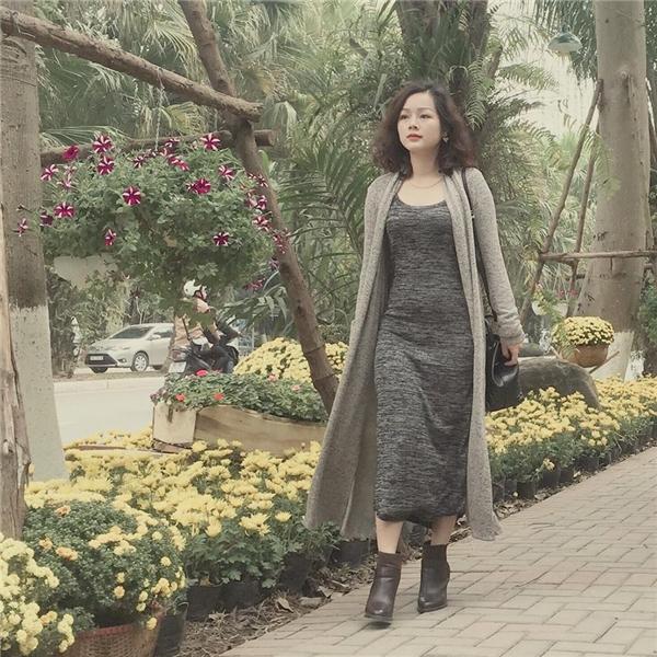 Cởi bỏ bộ quân phục mạnh mẽ hay những bộ áo dài duyên dáng, Thanh Hoài trở thành một quý cô quyến rũ trong đời thường. (Ảnh: Internet)