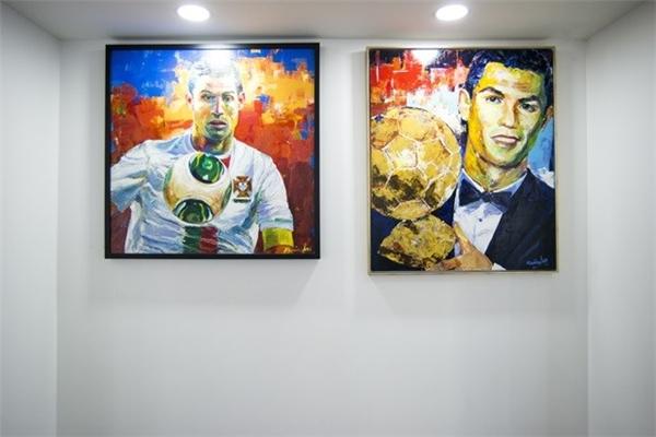 Bức tranh sơn dầu khắc họa khoảnh khắc vô cùng đẹp của Cris Ronaldo khi anh tham dự Euro 2004 và nhận quả bóng vàng thế giới được treo ở một góc khá trang trọng ở bảo tàng. (Ảnh: internet)