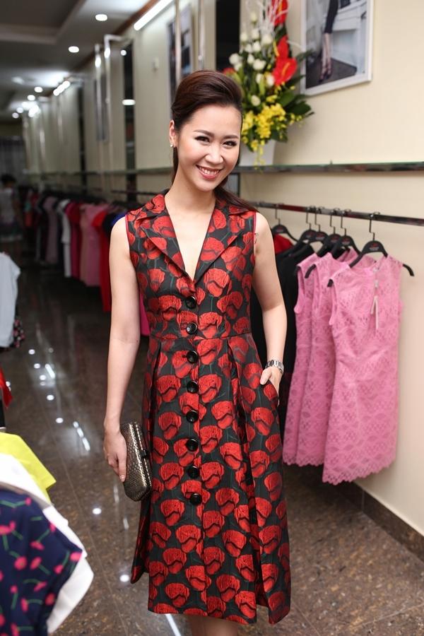 Mặc dù đã 33 tuổi và từng trải qua một lần sinh nở nhưng Dương Thùy Linh được các vị khách tại sự kiện dành nhiều lời khen về nhan sắc trẻ trung. - Tin sao Viet - Tin tuc sao Viet - Scandal sao Viet - Tin tuc cua Sao - Tin cua Sao