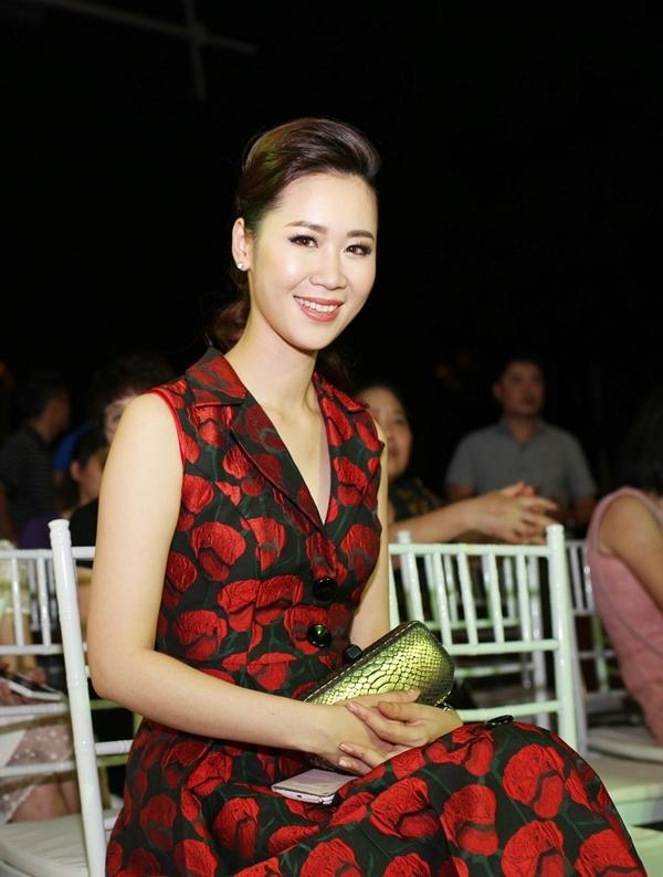 Sau khi đoạt giải Hoa hậu Thân thiện tại cuộc thi Hoa hậu Hoàn vũ Việt Nam 2008, Dương Thùy Linh lấn sân showbiz với hình ảnh đa năng ở các lĩnh vực MC, và kinh doanh nhà hàng. Sau khi sinh con trai đầu lòng vào năm 2011, cô tạm dừng sự nghiệp cá nhân để chăm lo cho con trai. - Tin sao Viet - Tin tuc sao Viet - Scandal sao Viet - Tin tuc cua Sao - Tin cua Sao