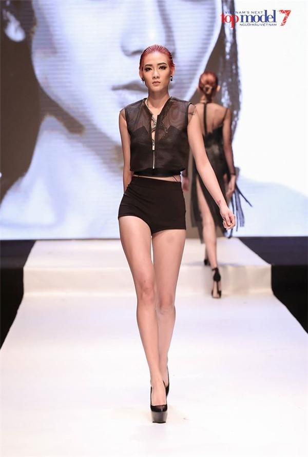 Kim Nhã giành giật kiểu tóc với đối thủ ở Next Top Model