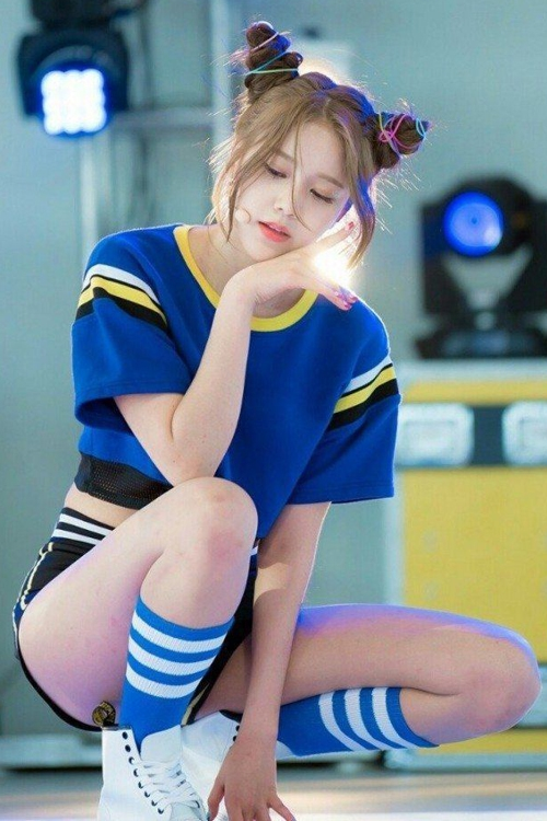 Hye Jeong (AOA) biến tấu búi tóc như hai chiếc sừng nhọn với dây buộc sắc màu.