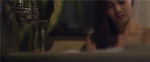 Lan Ngọc lần đầu cời đồ khi đóng phim kinh dị