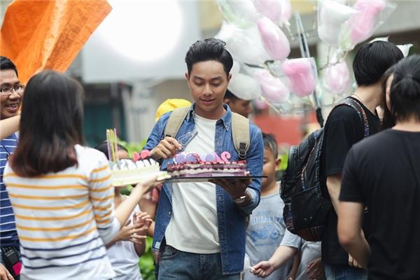 """""""Hot boy"""" bánh giò Đình Hiếu nhắng nhít bên Jun Vũ tại phim trường"""